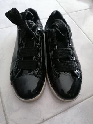 Zapatillas estilo charol