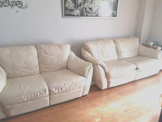 2 sofás de piel beige