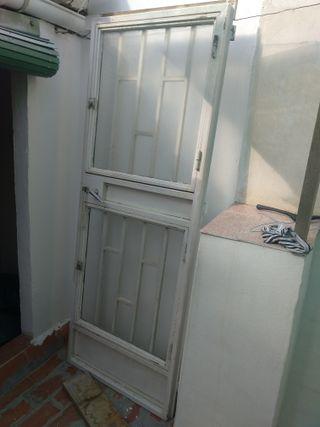 puerta exterior de hierro con marco .