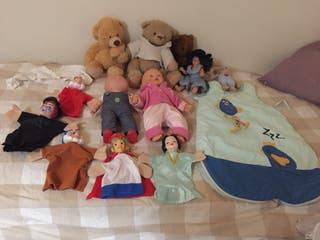 Muñecas + peluches + accesorios.
