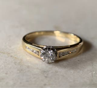 Anillo de oro de 18KT y diamantes