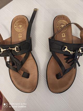 sandalias negras kangaroos talla 38 algo pequeña