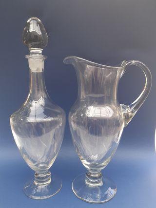 Antiguo juego de jarra y decantador de cristal.