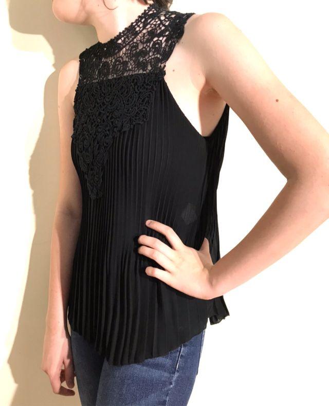 Blusa plisada negra sin mangas, cuello de encaje