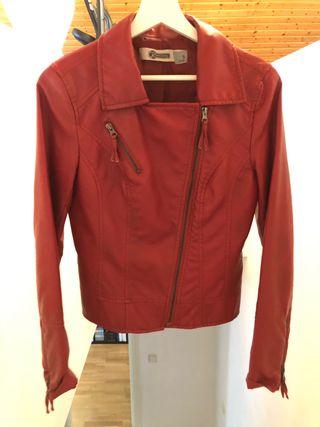 Cazadora imitación cuero color rojo.