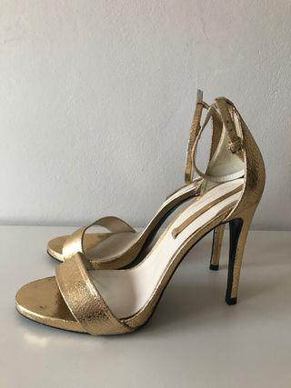 Sandalia de tacón dorada de Zara T40