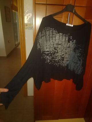 camiseta negra fuertecita estilo oversize M/L