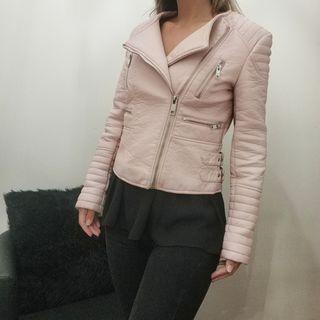 Cazadora de cuero rosa. Zara.