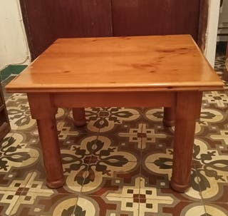 Mesita de madera maciza