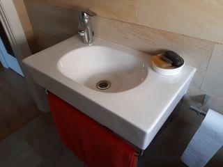 lavabo suspendido con toallero y sifón de acero in