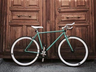 Bicicleta fixie con casco y luces.