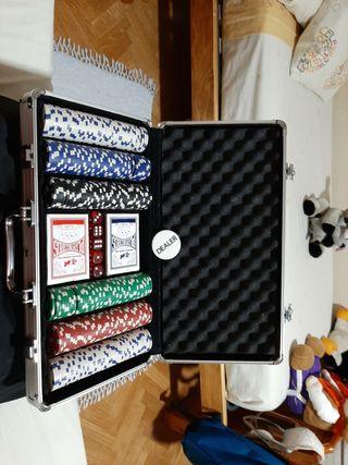 maletín con juego de poker y dados