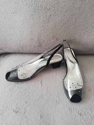 Sandalias negras y transparentes