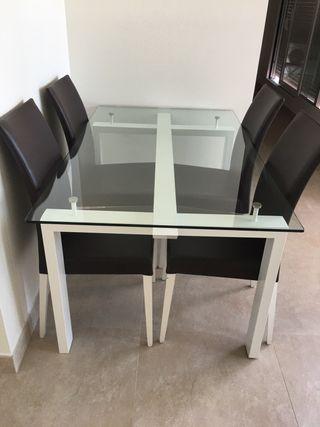 Mesa con 6 sillas.