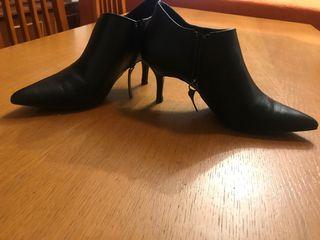 Zapatos abotinados de punta de tacón