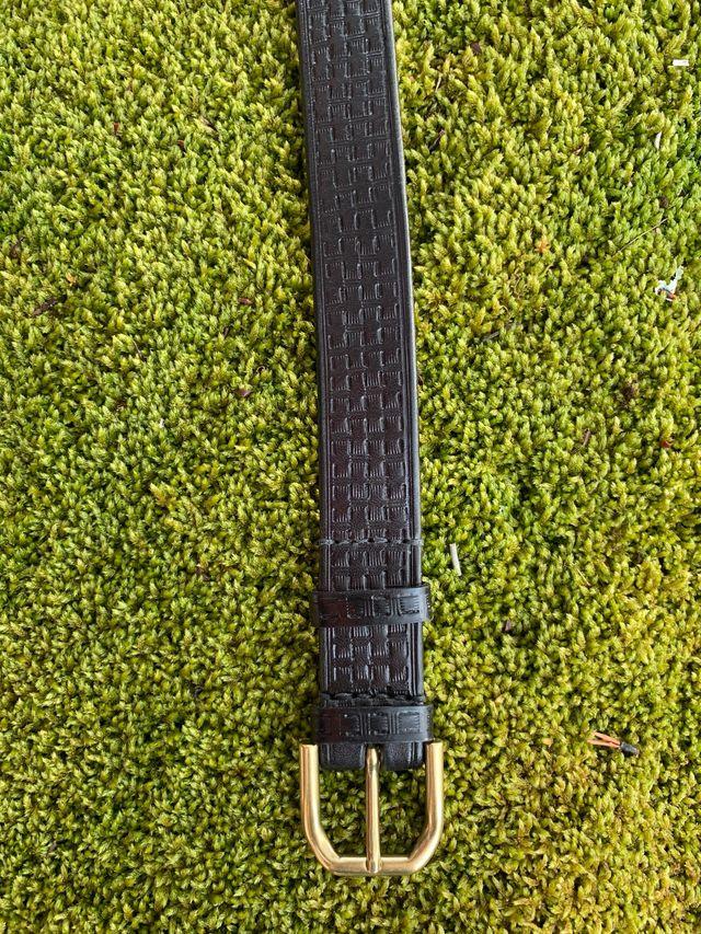 Cinturón cuero negro repujado entrelazado