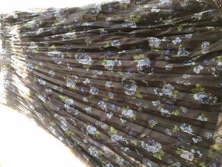 Falda midi con textura de tul con estampado de flo