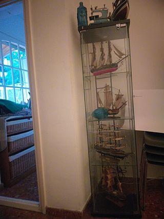 veleros y mueble de cristal