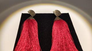 pendientes largos hilos rojos