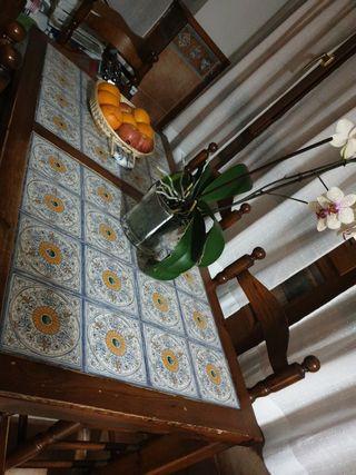 Mesa rústica de cerámica y madera maciza.