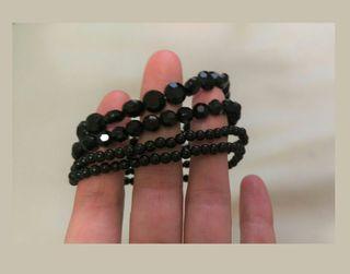 pulseras negras brillantes