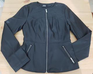 Chaqueta de cuero sintético negra de Zara