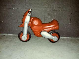Moto o motos correpasillos. Niño o niña