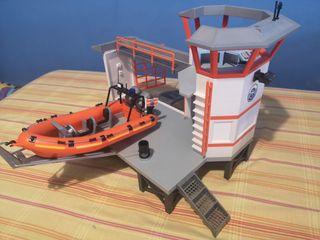 Base marítima con lancha.