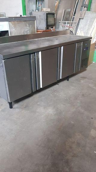 Mesa Fría de tres puertas. Hostelería Industrial