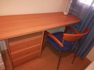 Escritorio con 3 cajones y silla.