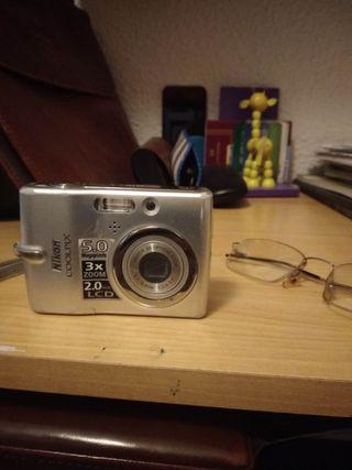 cámara de fotos Nikon de pequeño tamaño