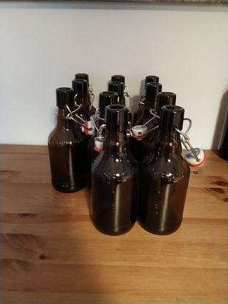 Botellas de cerveza vacias.