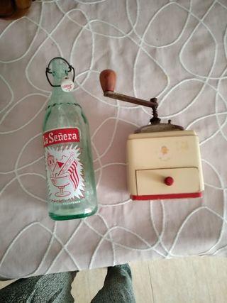 Botella y molinillo cafe
