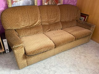 Sofá antiguo de 3 plazas marrón.