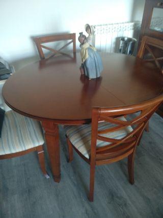 Mesa de comedor y 4 sillas.