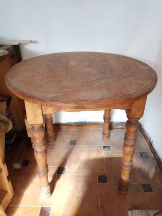 mesa redonda de madera.