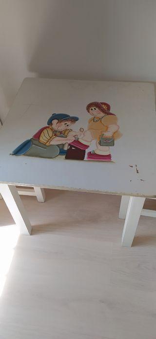 mesa y dos sillas para niños