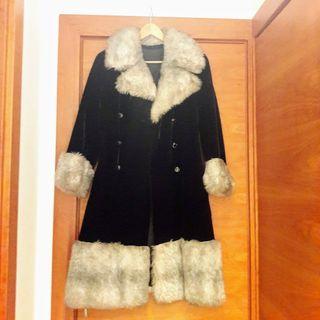 Abrigo de piel de conejo sintético.