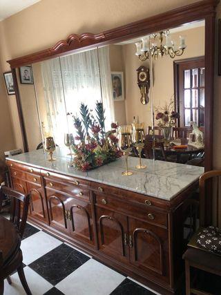 Mueble espejos y mesa comedor con sillas