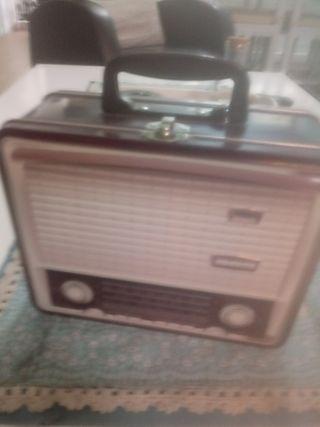 caja de lata con forma de radio antigua