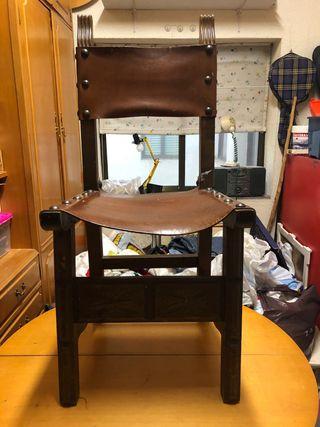 Silla antigua con asiento de cuero