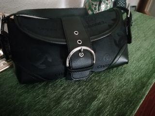 bolso Chanel, color negro, tamaño pequeño..
