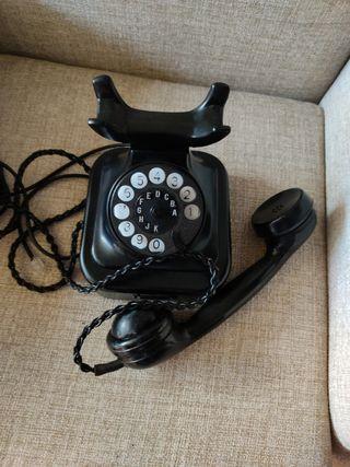 Antiguo teléfono de baquelita y metal del año 1941