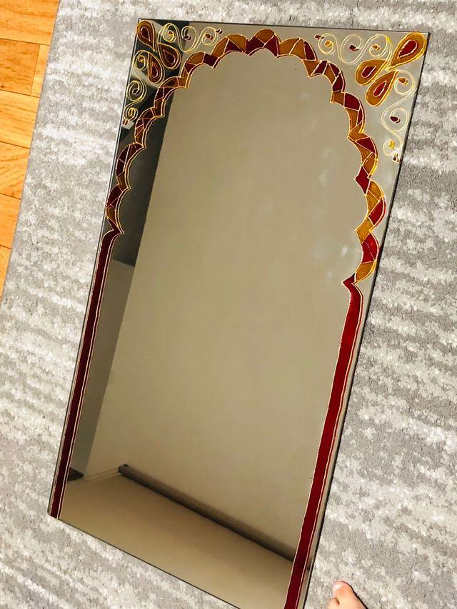 Espejo con motivo decorativo