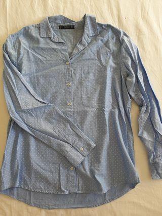 blusa azul con lunares blancos