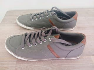 zapatillas grises con detalles marrones
