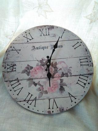 Reloj de pared con flores rosas
