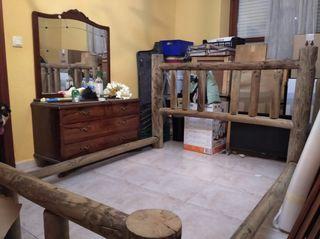 cama rustica de madera maciza hecha a mano .