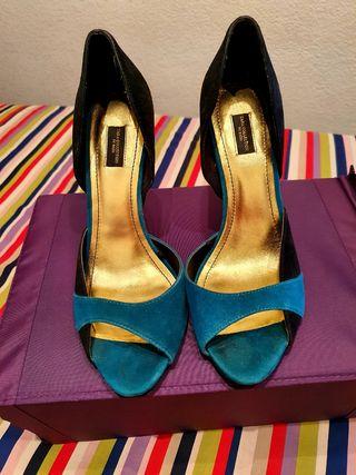 zapato tacón dorado