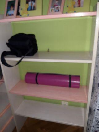 Habitación infantil, en rosa palo y blanco roto